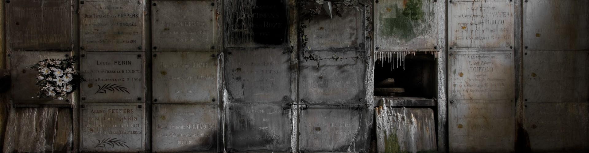 Foto van een verlaten en vervallen crypte te Brussel. Foto als afbeelding op de homepagina van website 'de dood... de job van mijn leven' over uitvaart, begrafenissen, crematies...